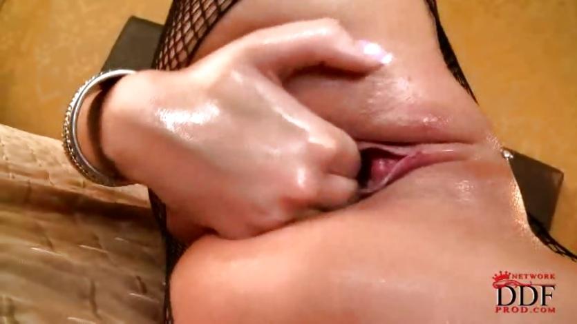 девушка погружает пальчик глубоко в киску порно прижала меня