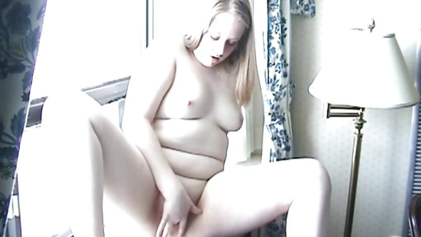 Женщина мастурбирует в окне — photo 3