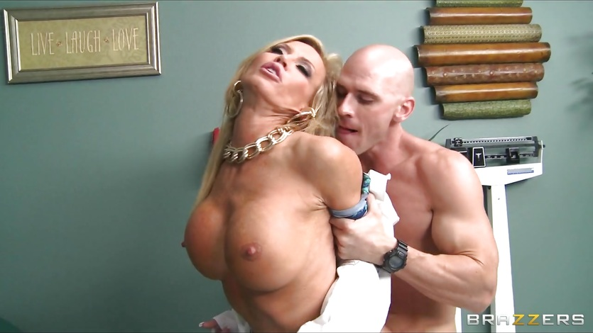 Divorced doctor gives her well hung patient a thorough exam 3