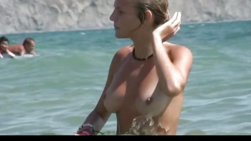 Watch a naked chick at the beach tan