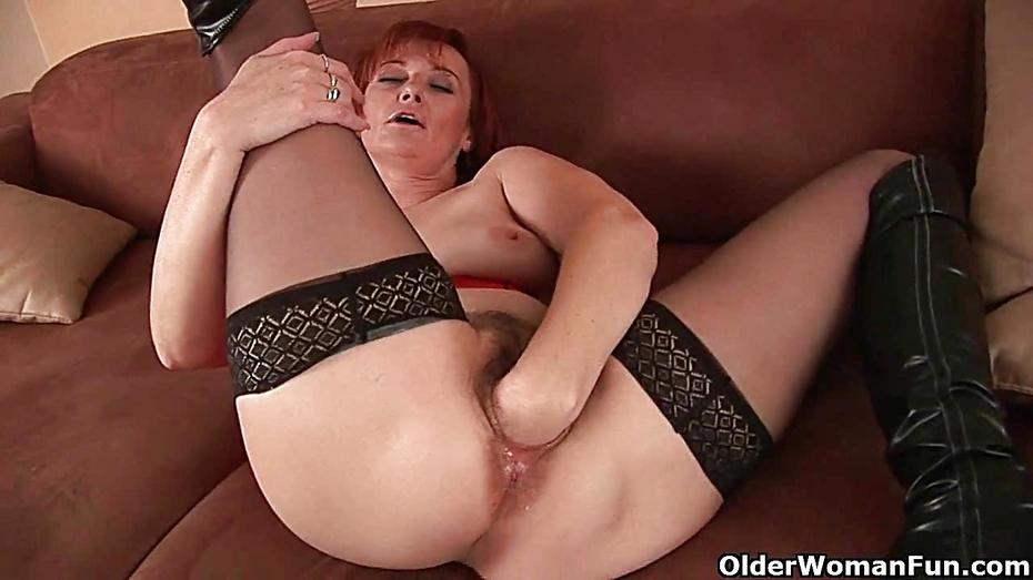 зрелые женщины трахают себя рукой порно - 12