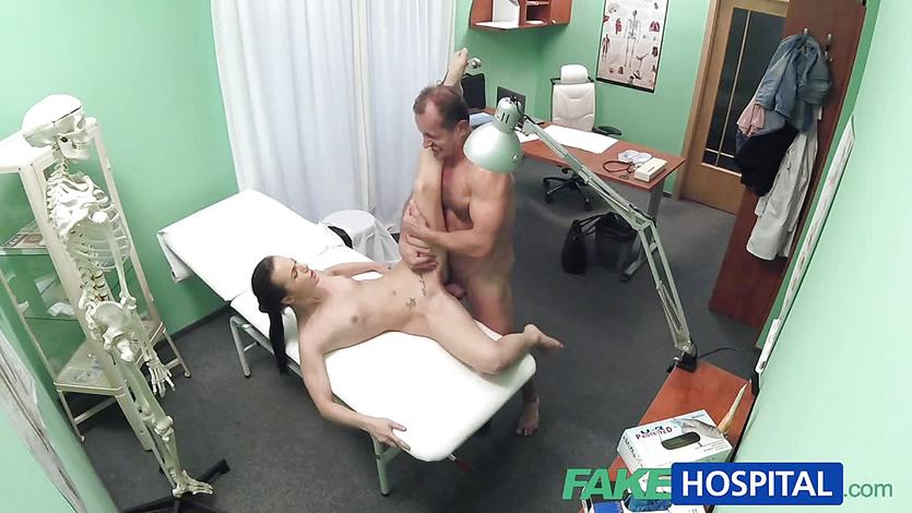 skritaya-kamera-seks-ginekolog-porno-bryunetok-v-forme