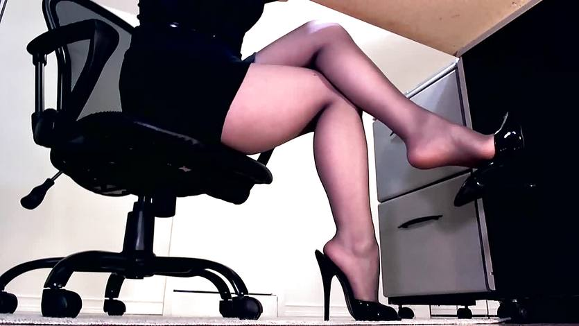 Terrific office girl in pantyhose Minnie Manga does foot fetish show  674916
