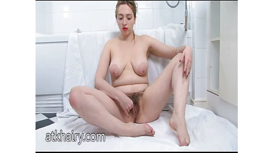 Beauvoir makes her pussy wet in the bath 8