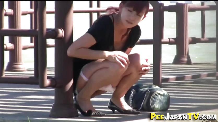 Japonesa orinando en público