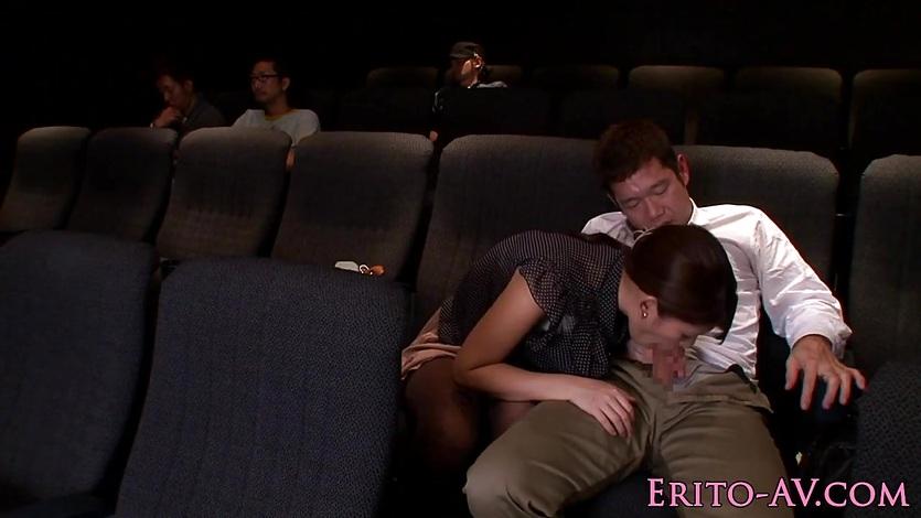 взяла последний ряд в кинотеатре секс груди так