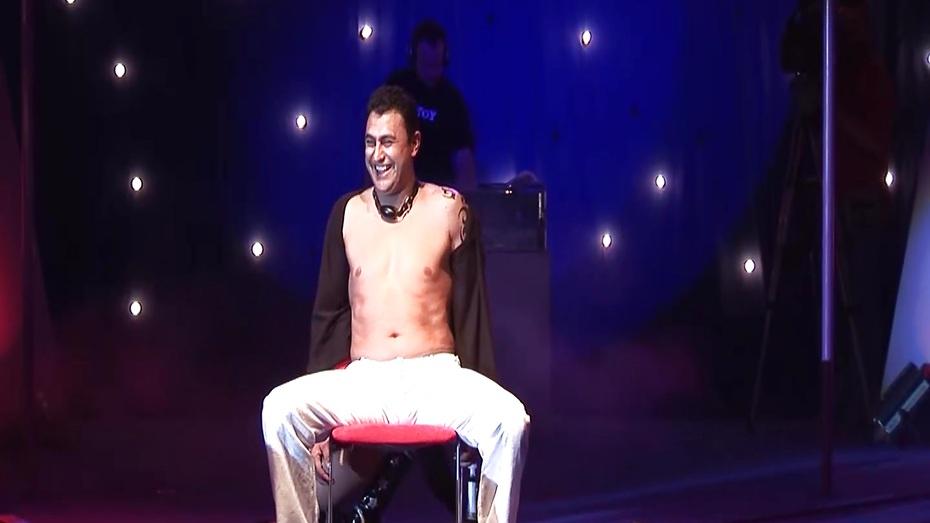 Scandal lapdance on public stage 6