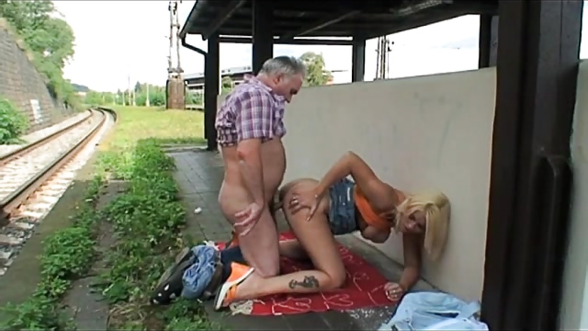 zhopa-maslo-trahnul-russkuyu-devku-na-vokzale-porno