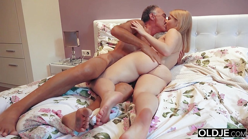 18 yo girl kissing and fucks her step dad in his bedroom 9