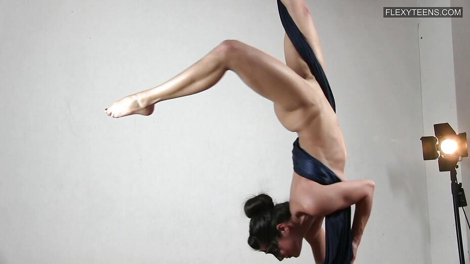 Hots Flexible Babe Nude Scenes